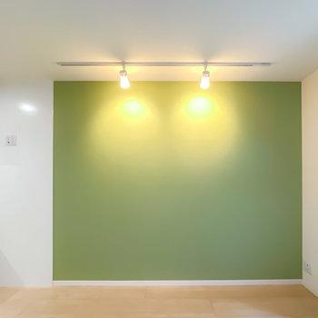 家具は白くてシンプルなもので統一して、クロスを活かしたインテリアに◎ライトも素敵……!