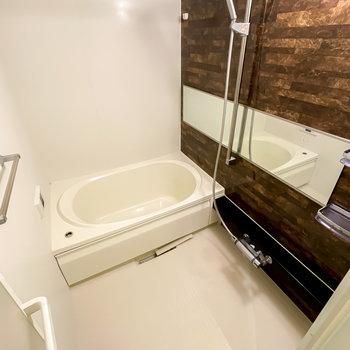 お、これは自分磨きが捗りそう……!浴室乾燥機付きで雨の日の洗濯物も◎