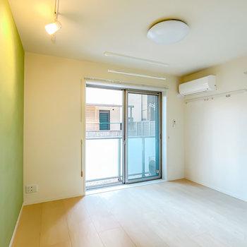 居室は9.4帖。窓は南向きで、明るすぎず暗すぎないちょうど良い明るさに。