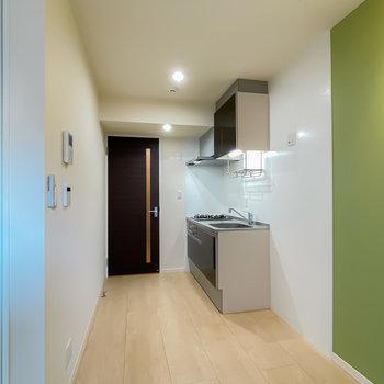 キッチンは廊下側に。白いパネルの冷蔵庫置場には同じ色の冷蔵庫が馴染みそう。