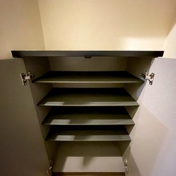 下側は1段に3足ほど入る大きさの棚が5つ。