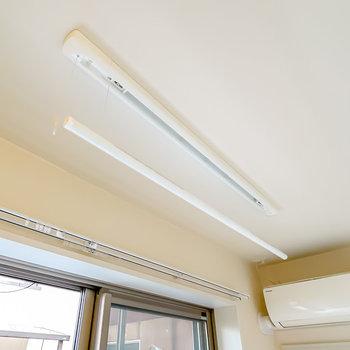 室内には収納できる物干し竿もあるので、浴室乾燥機と併せて使えば部屋干しも快適に!