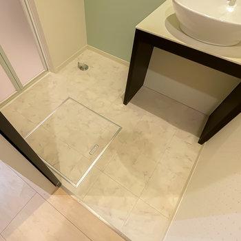 脱衣スペースはひとりならゆったり使えそう。洗面台下は収納に使えそうです。