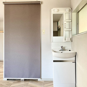洗面台は居室側に。