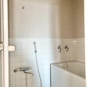 正面にあるお風呂へ。※写真は通電前・フラッシュを使用しています