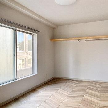 ギザギザのフロアが特徴的なお部屋です。