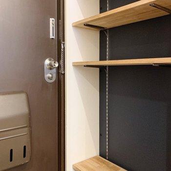 靴はオープンタイプの可動棚へ。