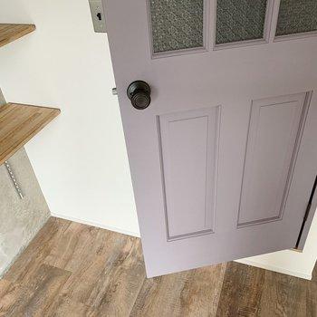 そしてこのシャビーなパープルのドアがたまらない…♥お次は水回りですよ〜