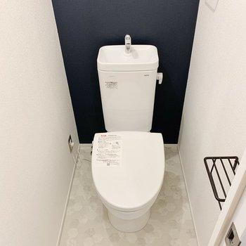 ペーパーホルダーもかわいいトイレ。上部に棚があってストックもできます。