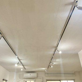 【ディテール】照明はライティングレールになっています。お好みで角度や向きを変えられますよ。