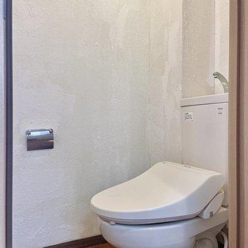 反対側の扉は温水洗浄便座つきのトイレです。上部に棚もありました。
