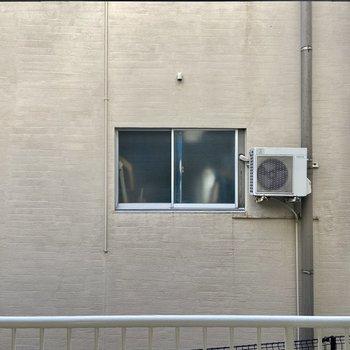 横の小窓からは共用廊下を挟んでご近所さんが見えます。