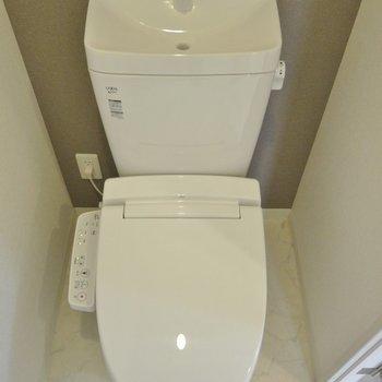 トイレはウォシュレット付きです。(※写真は9階の同間取り別部屋、モデルルームのものです)