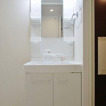 どっしり洗面台で朝の支度もラクラク。(※写真は9階の同間取り別部屋、モデルルームのものです)