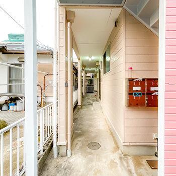 玄関前の共用部は、レトロな面影を残しつつも清潔にされています。