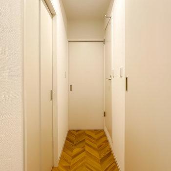トイレと洋室はLDKから廊下に出て左側に。