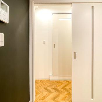 脱衣所は廊下に出て正面に。