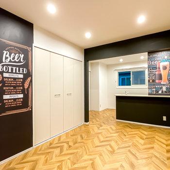 振り返ると対面式キッチンの壁にも。ビアバーやブリティッシュパブを連想させる空間です。