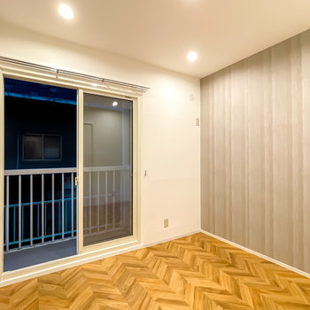 洋室はグレーのアクセントクロスが、シックで安らげる雰囲気を演出。
