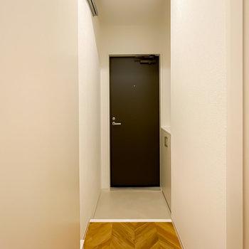 洋室から出ると正面に玄関が。なんとドアまで新しくなっているんです。