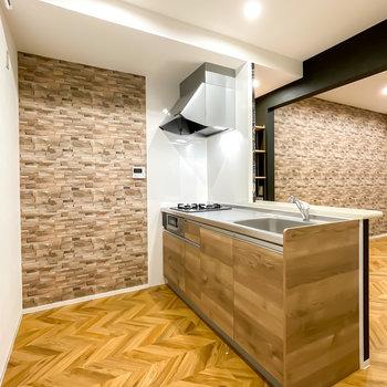 キッチンは床に溶け込む木目調。フルリノベーションなので設備も全て新しくなっています。
