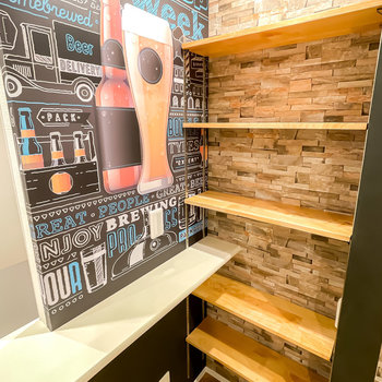 壁際には可動棚が。お気に入りのビールを置いておけば、自分だけのバー空間の完成です。