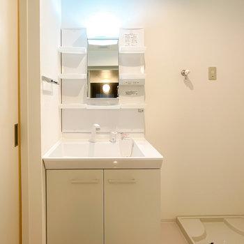 洗面台はシャンプードレッサーと棚付き。日用品が手に取りやすいですね。