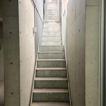 続いて共用部。エレベーターはないので、階段を使います。※写真は前回募集時のものです