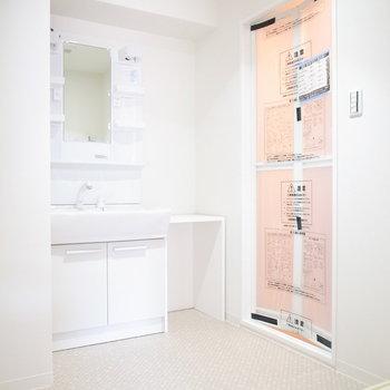洗面脱衣所はゆとりのある広さ。洗面台のとなりにちょっとした棚が付いています。