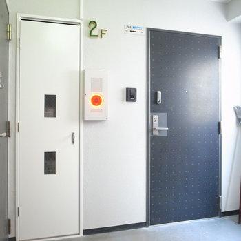 【共用部】2階の廊下はコンパクトです。今回のお部屋は右のとびら。