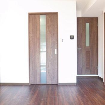 【LD】床と建具はダークブラウンで落ち着いた雰囲気です。