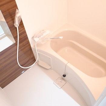 お風呂も木目調がポイントです。