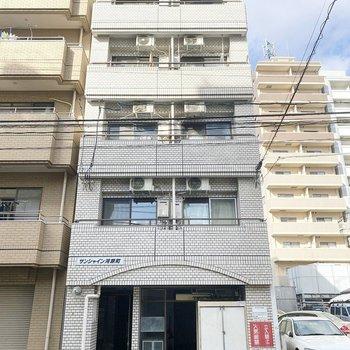 お部屋は5階建ての2階です。