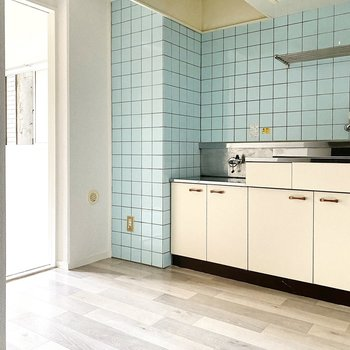 水色の壁がGood!キッチンの左に冷蔵庫を。