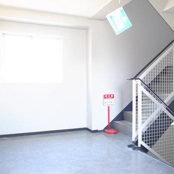 【共用部】こちらの廊下も明るく、ゆとりがあります。