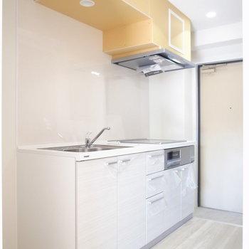 玄関のそばにあるキッチン。となりに棚、向かいに冷蔵庫を置けます。