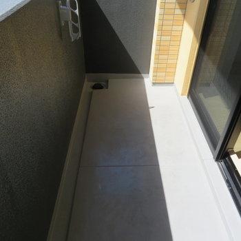 バルコニーは普通サイズ。(※写真は8階の同間取り別部屋のものです)