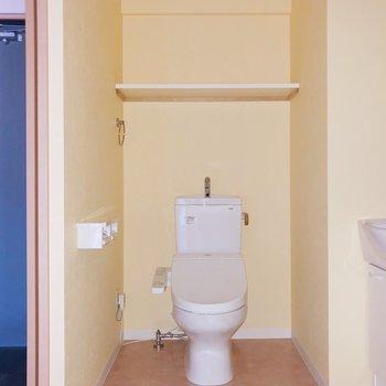 トイレも脱衣所の中に。棚にはトイレットペーパーや芳香剤を。(※写真は7階の同間取り別部屋、通電前のものです)