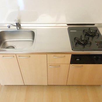 清潔感のあるシステムキッチン。魚焼きグリル付きで料理の幅も広がりそう。(※写真は7階の同間取り別部屋のものです)