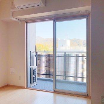 洋室は寝室に。エアコン付きで1年快適ですね。(※写真は7階の同間取り別部屋のものです)