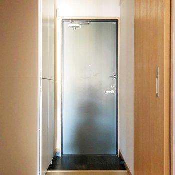 廊下に出ると、右側に脱衣所があります。玄関にはシューズボックスも見えますね。(※写真は7階の同間取り別部屋のものです)