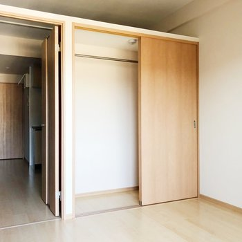 クローゼットには半分ハンガー、半分はカラーボックスを置いて収納するのがいいかな。(※写真は7階の同間取り別部屋のものです)