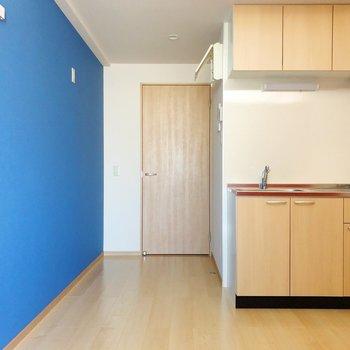 システムキッチンは優しいベージュで、クロスと調和してますね。(※写真は7階の同間取り別部屋のものです)