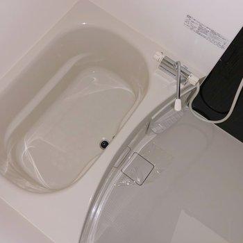 お風呂は黒のアクセントクロスでクールに決めてる!(※写真は7階の同間取り別部屋、通電前のものです)