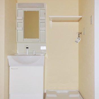 脱衣所も真っ白で清潔感◎棚には洗剤やタオルを置きましょう。(※写真は7階の同間取り別部屋、通電前のものです)