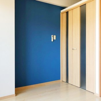 洋室には落ち着くブルーのクロスだけ。(※写真は7階の同間取り別部屋のものです)