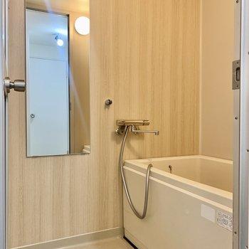 お風呂はオレンジライトで柔らかい雰囲気。※写真は3階の同間取り、別部屋のもの