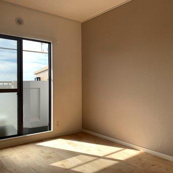 【居室】6帖ほどの寝室からもベランダに出られます。※写真は同階、同間取り別部屋のものです