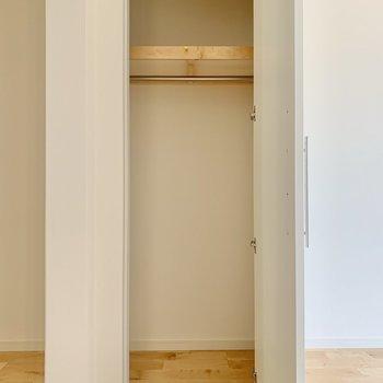 【LDK】クローゼットは人一人が中に入れるサイズ感。※写真は3階の同間取り、別部屋のもの