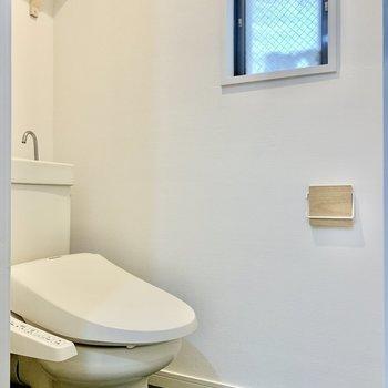 トイレは換気窓も付いています。※写真は3階の同間取り、別部屋のもの